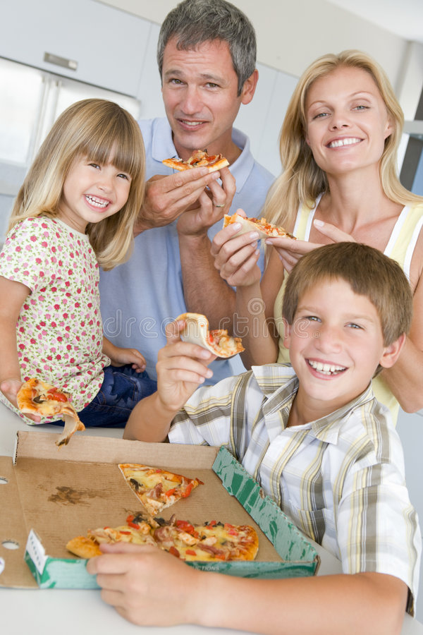 Familie die Pizza samen eet stock foto