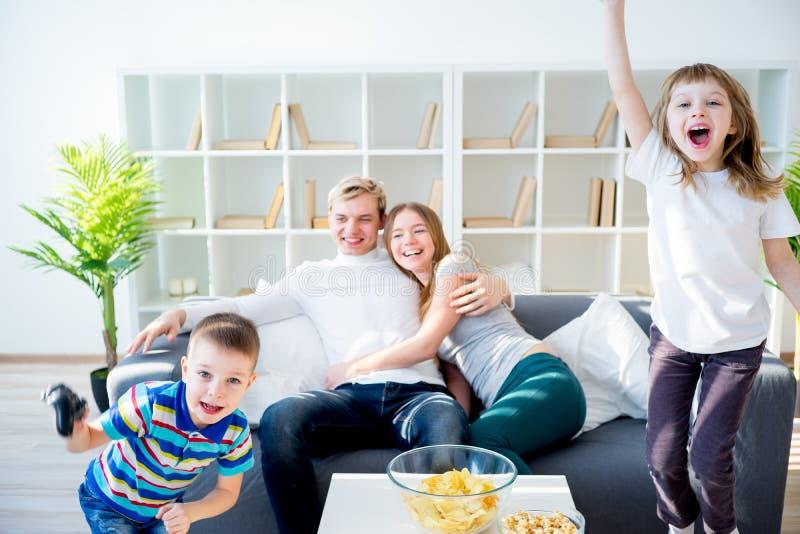 Familie, die playstation spielt lizenzfreies stockfoto