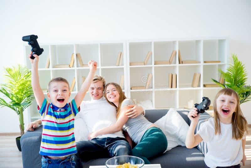 Familie, die playstation spielt lizenzfreie stockbilder