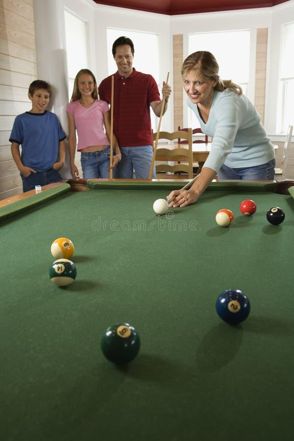 Familie, Die Pool Im Rec-Raum Spielt Lizenzfreies Stockbild