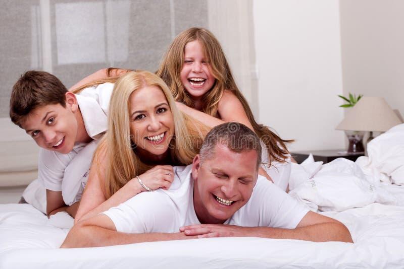 Familie die pret in bed heeft royalty-vrije stock fotografie