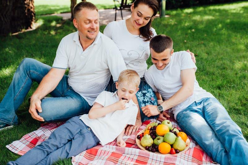 Familie die pret hebben bij een picknick royalty-vrije stock afbeeldingen