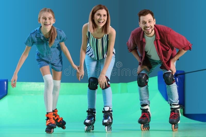 Familie die pret hebben bij rol het schaatsen piste stock fotografie