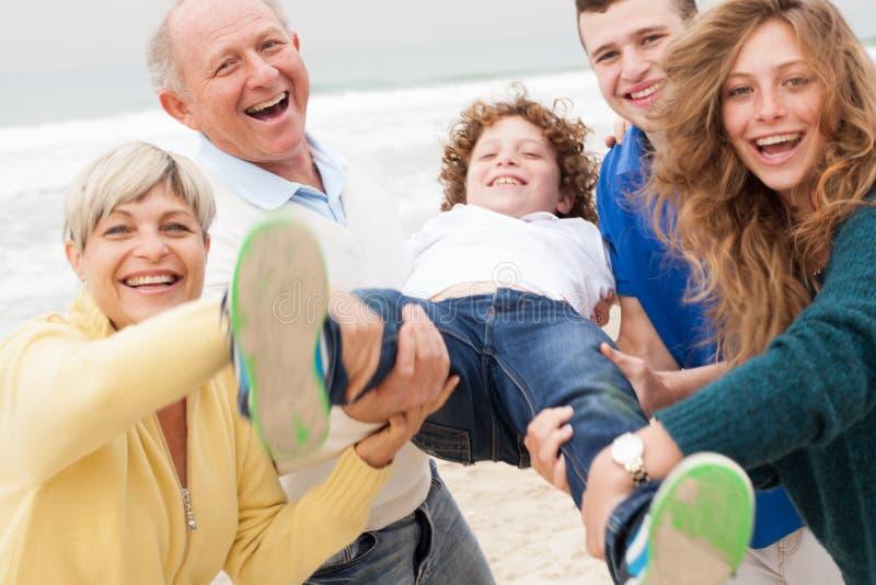 Familie die pret hebben bij strand stock foto's