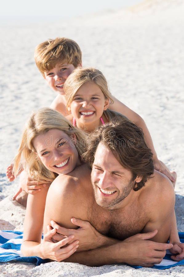 Familie die pret hebben bij strand royalty-vrije stock foto's