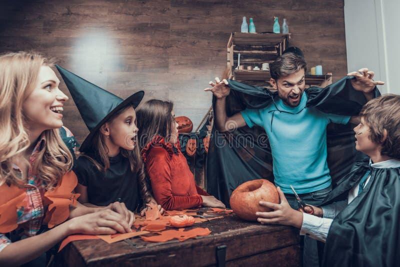 Familie die Pret hebben die Halloween-Decoratie maken stock foto