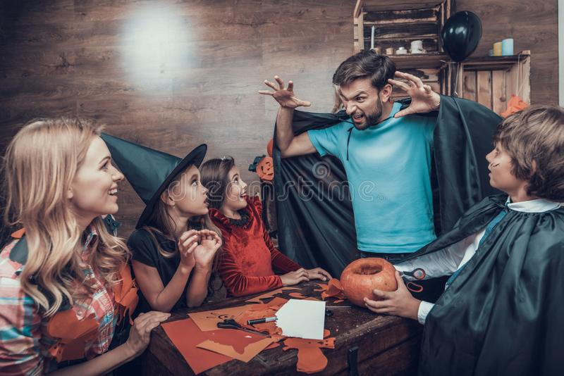 Familie die Pret hebben die Halloween-Decoratie maken royalty-vrije stock afbeelding
