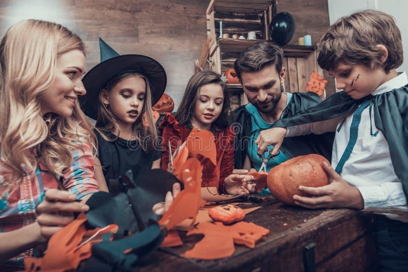 Familie die Pret hebben die Halloween-Decoratie maken stock afbeelding