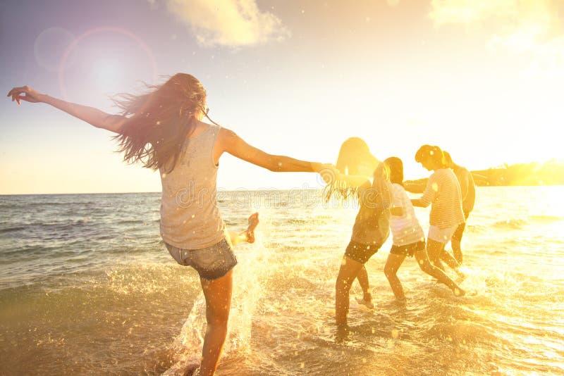 Familie die pret op het strand hebben royalty-vrije stock foto's