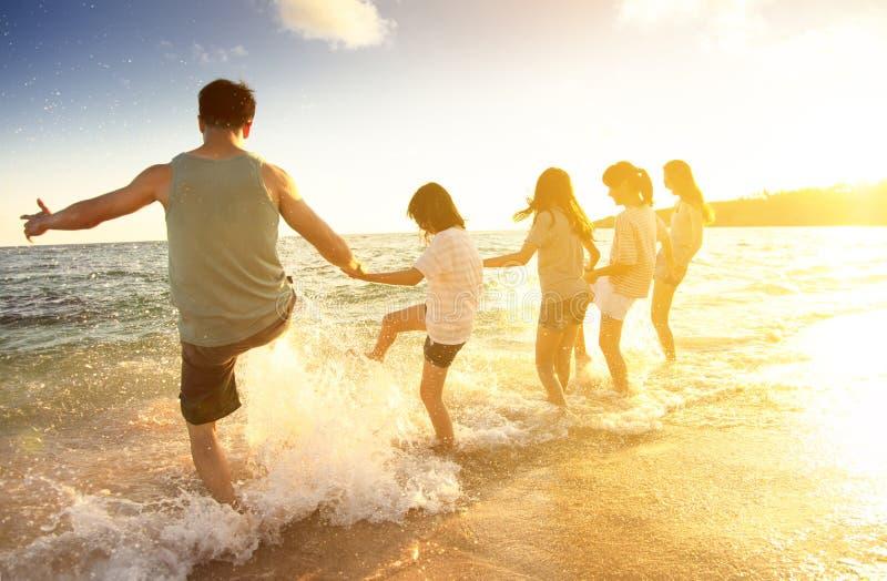 Familie die pret op het strand hebben royalty-vrije stock afbeelding