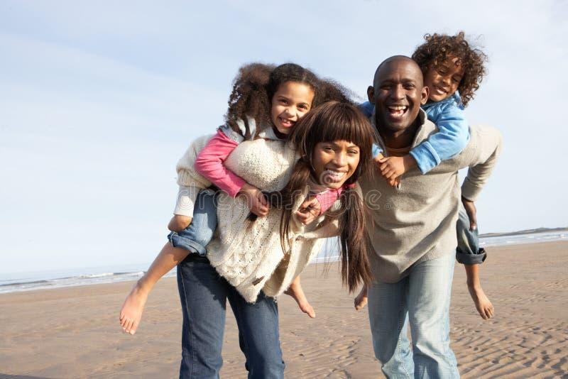Familie die Pret op het Strand van de Winter heeft stock afbeeldingen