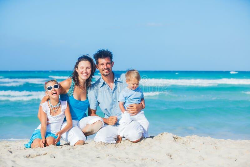 Familie die pret op tropisch strand heeft royalty-vrije stock fotografie