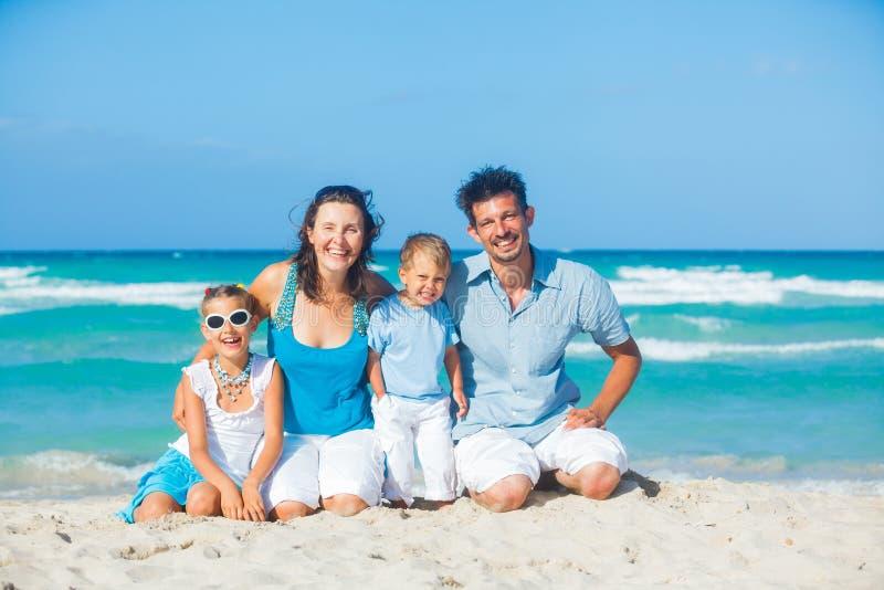 Familie die pret op tropisch strand heeft stock afbeeldingen
