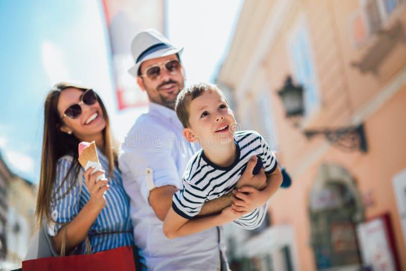 Familie die pret openlucht na het winkelen hebben royalty-vrije stock fotografie