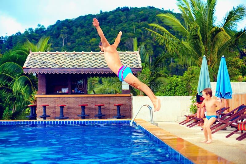 Familie die pret in pool op tropische vakantie hebben royalty-vrije stock foto
