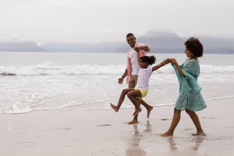Familie die pret samen op het strand hebben royalty-vrije stock foto