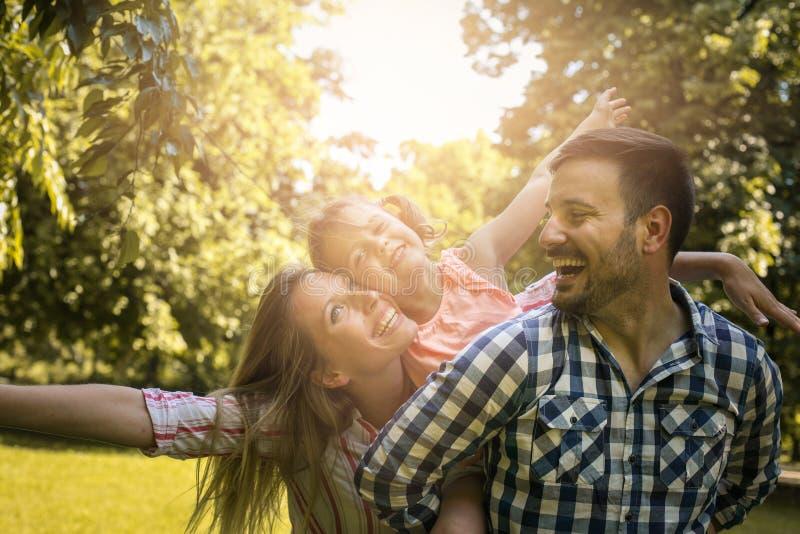 familie die samen van in de zomerdag genieten Familie in aard royalty-vrije stock afbeelding