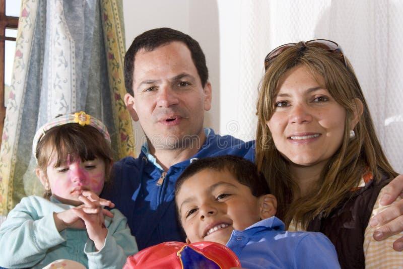 Familie die samen van geniet stock fotografie