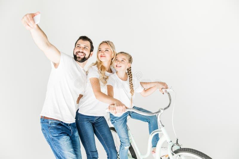 Familie die selfie met smartphone nemen royalty-vrije stock afbeelding