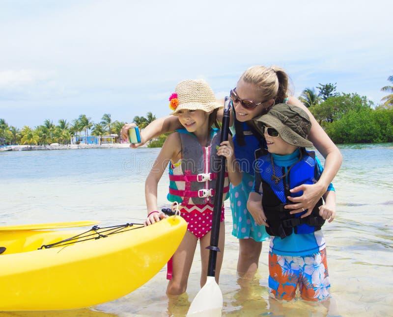 Familie die selfie met smartphone nemen terwijl op vakantie royalty-vrije stock foto