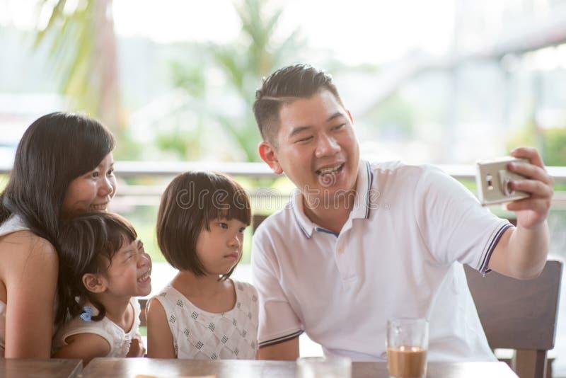 Familie, die selfie nimmt lizenzfreies stockbild