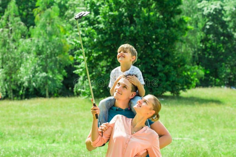 Familie die selfie in park nemen royalty-vrije stock foto's