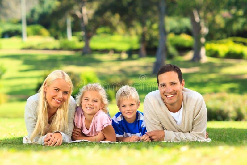 Familie, die sich hinlegt lizenzfreie stockfotografie