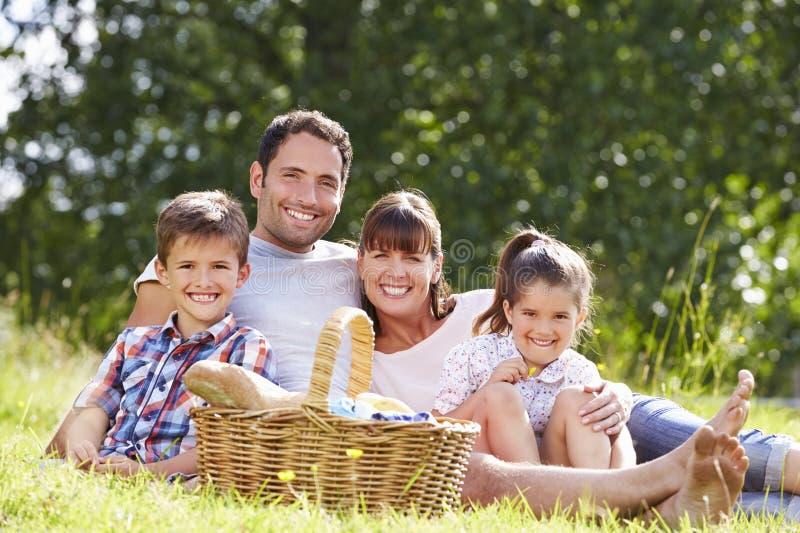 Familie, die Sommer-Picknick in der Landschaft genießt lizenzfreie stockfotografie