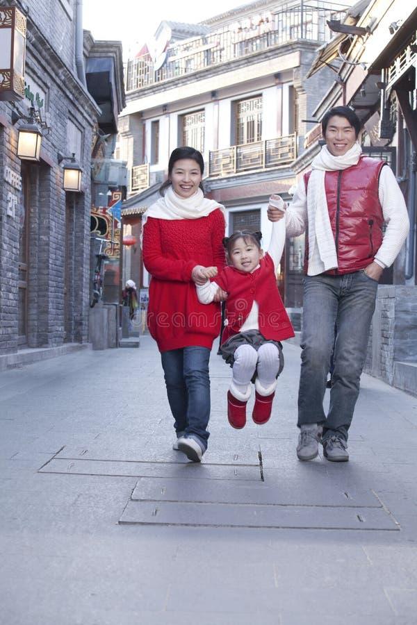 Familie, die Spaß in Hutong hat lizenzfreie stockfotografie