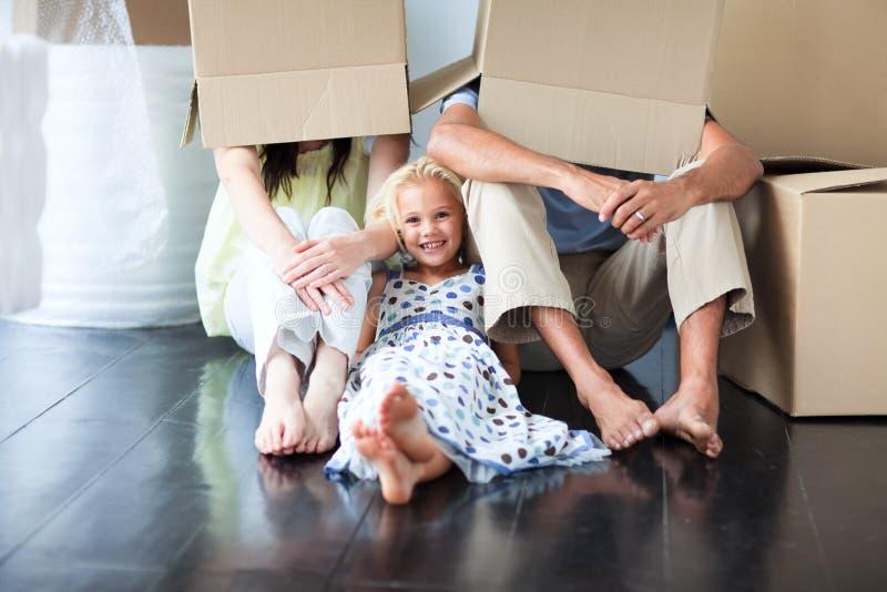 Familie, die Spaß nach beweglichem Haus hat stockbild
