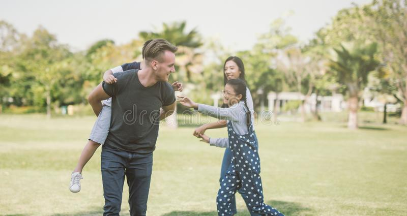 Familie, die Spaß zusammen draußen haben spielt Konzept einer glücklichen Familie lizenzfreie stockbilder