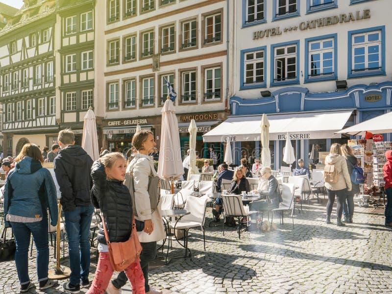 Familie, die Straßburg-Platz de la Cathedrale de Notre-Dame besichtigt stockbild