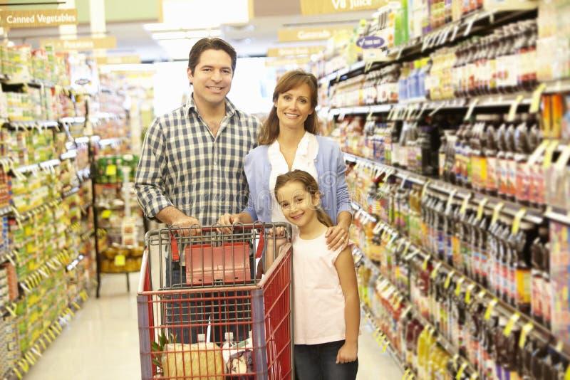 Familie die in supermarkt winkelen stock fotografie