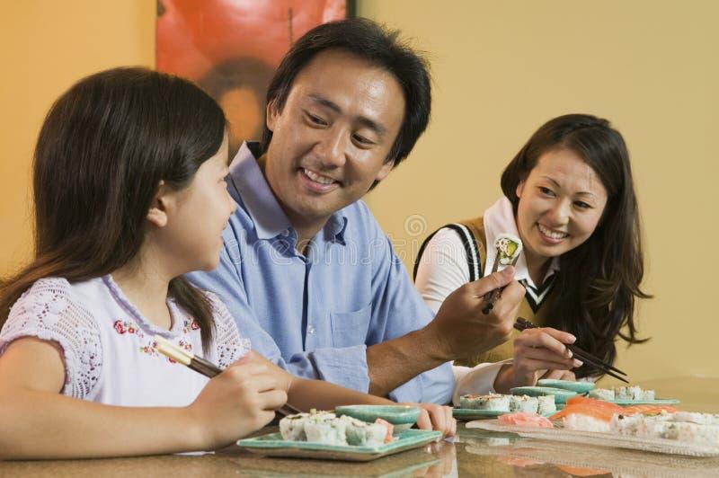 Familie die Sushi samen eet royalty-vrije stock afbeeldingen