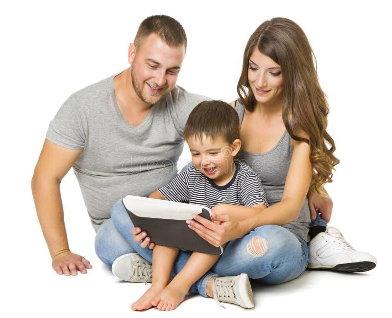 Familie die Tablet, Gelukkige Ouders met Kindzitting gebruiken over Wit royalty-vrije stock fotografie