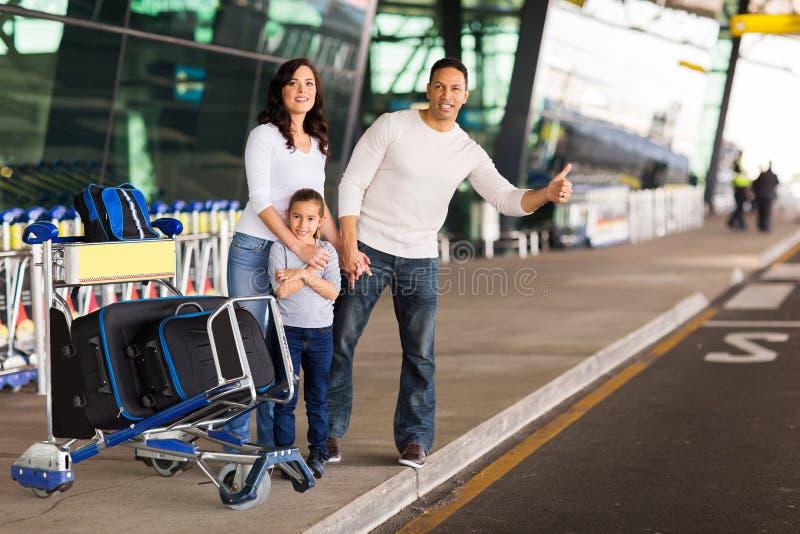 Familie die taxi begroeten royalty-vrije stock afbeelding