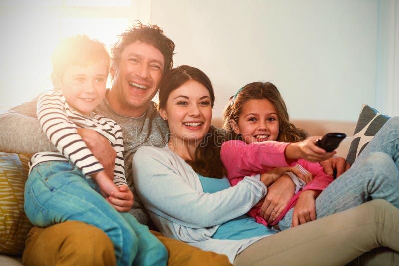 Familie die terwijl het letten van op televisie genieten van royalty-vrije stock afbeeldingen