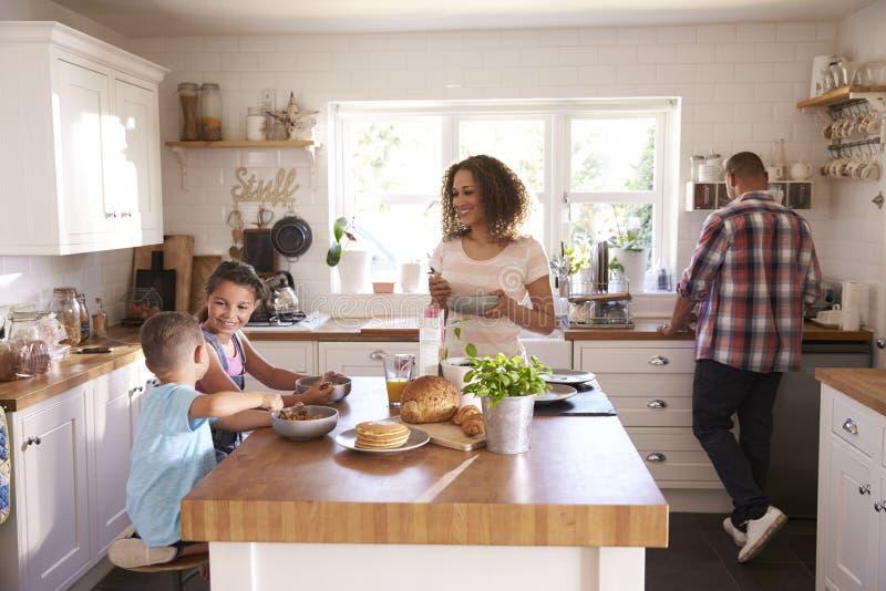 Familie die thuis Ontbijt in Keuken samen eten royalty-vrije stock afbeeldingen