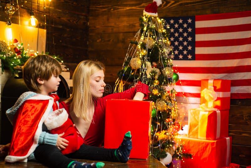 Familie die thuis plezier heeft Fijne familie Vakantie voor familie Mam en kind versieren kerstboom samen Moeder en zoon royalty-vrije stock afbeeldingen