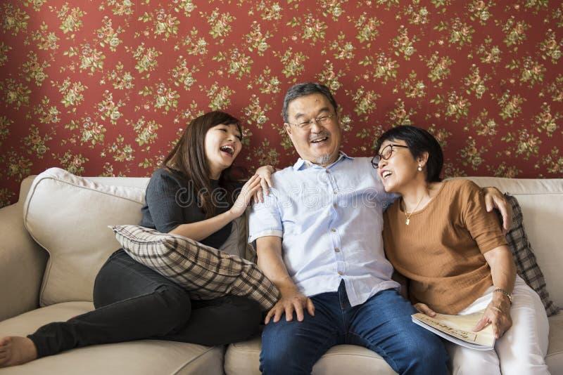Familie die Toevallige Affectieverhouding plakken stock afbeeldingen