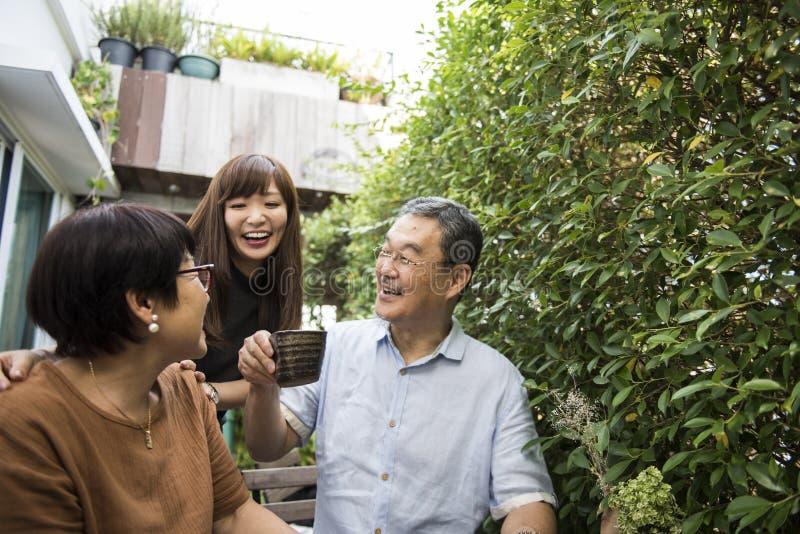 Familie die Toevallige Affectieverhouding plakken stock fotografie