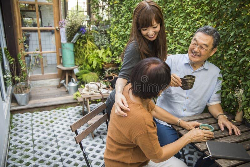 Familie die Toevallige Affectieverhouding plakken stock foto's