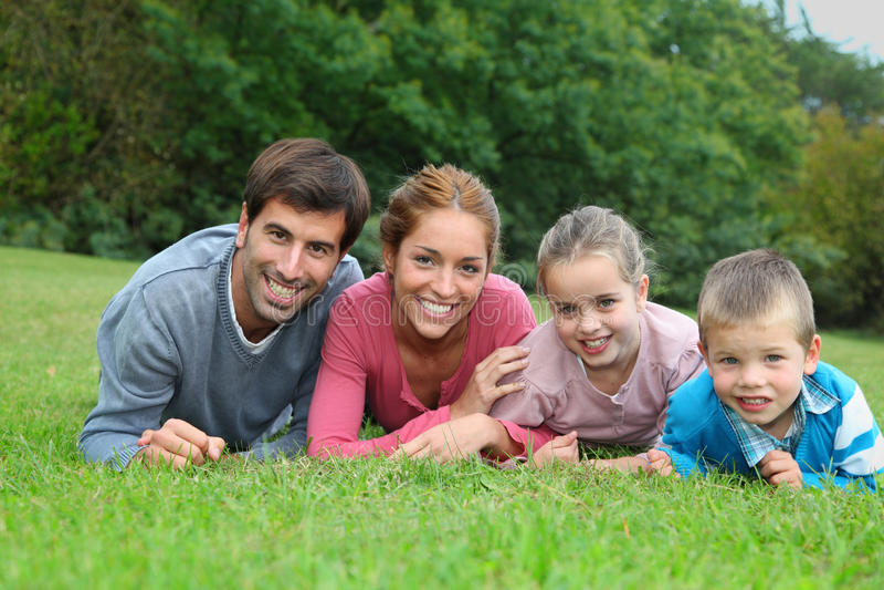 Familie die in tuin legt royalty-vrije stock afbeeldingen