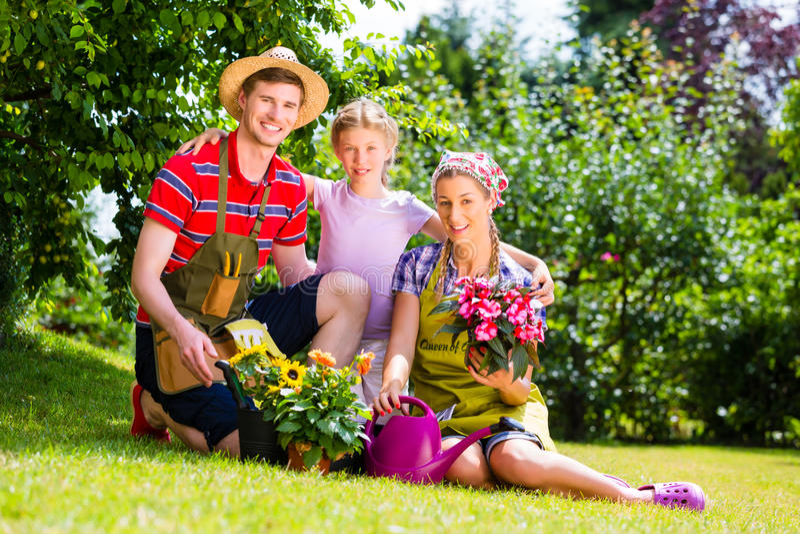 Familie die in Tuin tuinieren die pret hebben stock fotografie