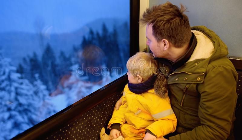 Familie die uit het venster van trein tijdens reis op cogwh kijken stock afbeelding