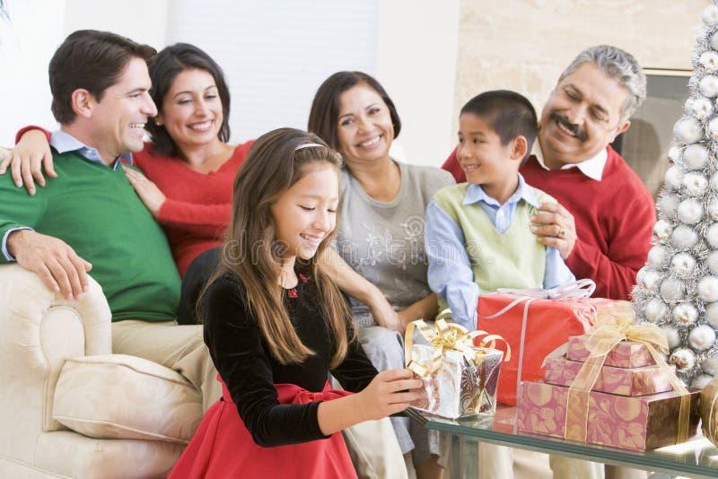 Familie, die um einen Kaffeetisch sitzt lizenzfreies stockfoto