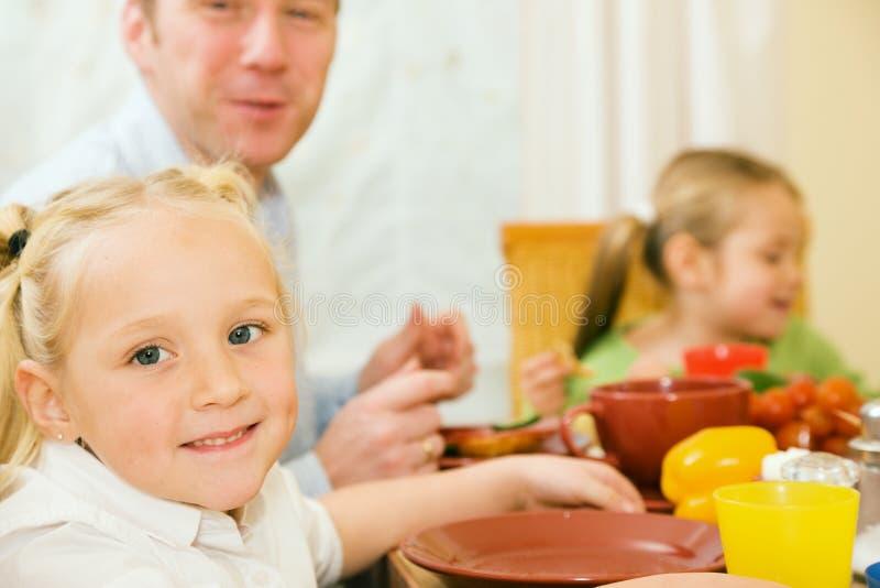 Familie die (Vader en twee Jonge geitjes) ontbijt heeft royalty-vrije stock foto