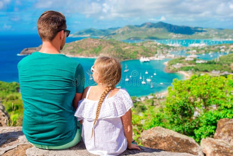 Familie die van de mening van schilderachtige Engelse Haven genieten bij Antigua in Caraïbische overzees royalty-vrije stock afbeeldingen