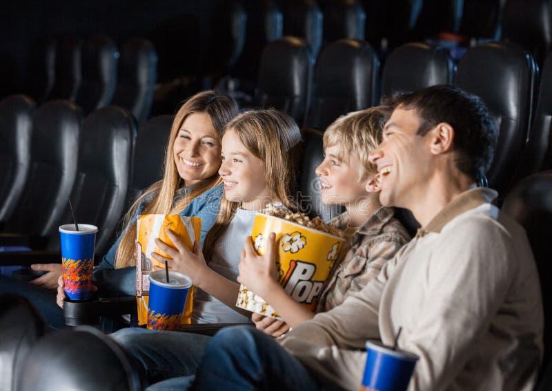 Familie die van Film in Theater genieten stock foto
