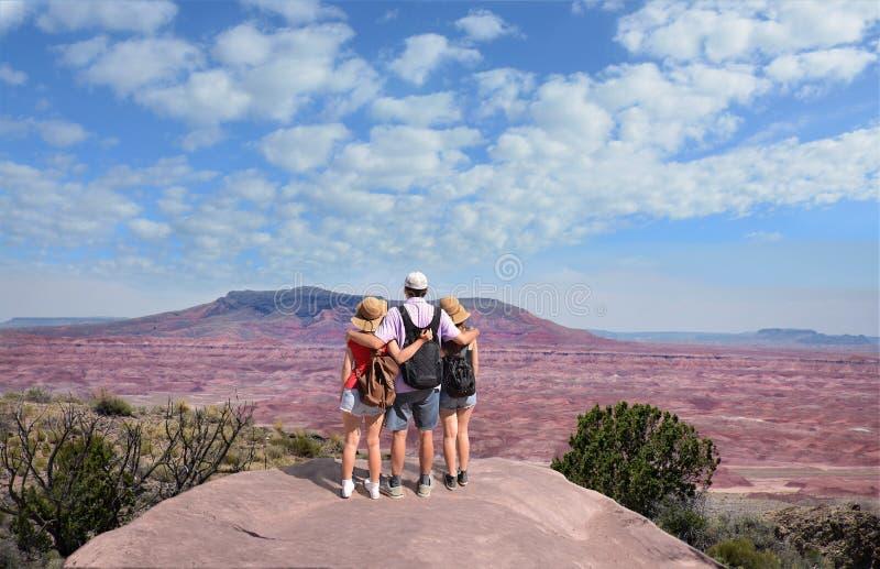 Familie die van het mooie landschap van de woestijnberg op wandelingsreis genieten royalty-vrije stock fotografie